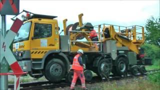 Zweiwege-Fahrzeug für Bahn-Oberleitungen im Einsatz