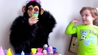 Макар и обезьянка играют с песенкой про мороженое