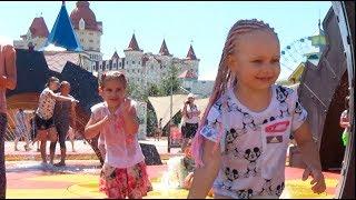 Дети играют в Супер Парке Алина и Мими Лисса купаются в фонтане Развлечения для детей Funny kids