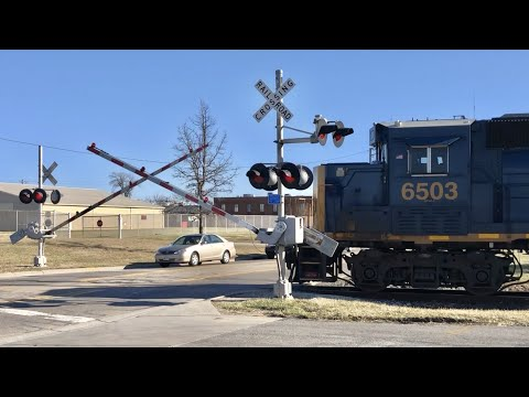 local-freight-switcher-passing-old-signals-still-in-use!-columbus-ohio-trains,-late-crossing-gates!