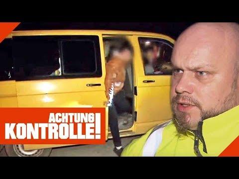 Verantwortungslos! Polizei stoppt völlig überfüllten Kleinbus auf Autobahn!   Achtung Kontrolle