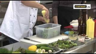 Микс-салат с печенным цуккини, шампиньонами и авокадо