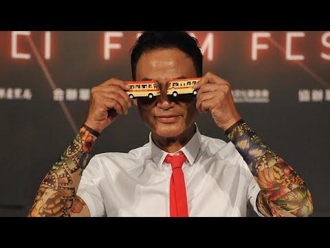 فيديو: مجهول يطعن بسكين الممثل الصيني الشهير سايمون يام عدة طعنات خلال افتتاح محل تجاري…  - 14:54-2019 / 7 / 20