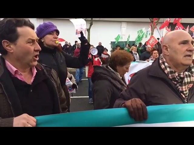 Manifestantes en defensa de las áreas sanitarias tratan de entrar al Hórreo