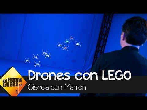 Rick Astley vuela una flota de drones usando piezas de Lego y un mando - El Hormiguero 3.0