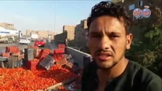 أخبار اليوم | انقلاب سيارة نقل ثقيل محملة بـ 4  طن طماطم على الدائرى