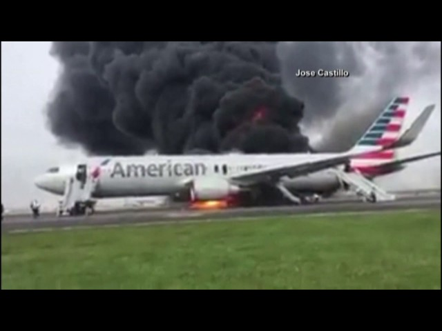 Volo dell'American Airlines in fiamme a Chicago: video #1