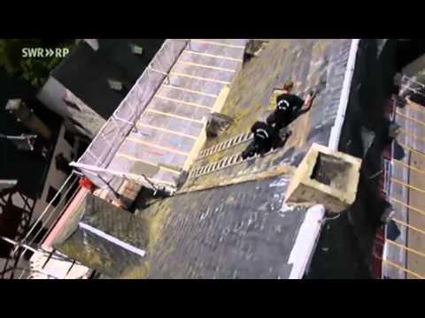 Dachdecker unfall  Schwindelfrei: Dachdecker Schloss Bürresheim - YouTube