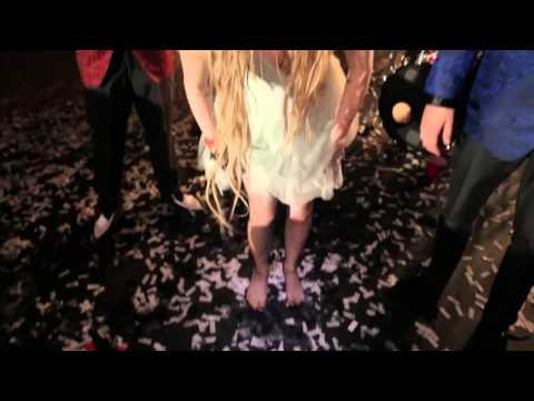 Avril Lavigne - Here's To Never Growing Up (Behind The Scenes)