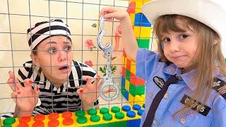Eve y mamá fingieron jugar Police Adventure / historias de carreras divertidas para niños