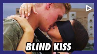 'Het is dat mijn vrouw ernaast staat!' – Blind Kiss | SLAM!