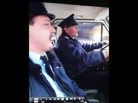 Albert & Bernard rijdend en dansend met hun Politiebusje Langs De Kade in de Antwerpse Haven.
