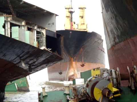 2009 09 03 Alang Scrapping yard Suez Express beaching 6 MOV03055