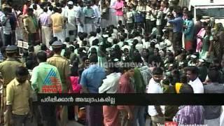 Shortage of teachers: Idukki Tribal school student obstruct road : Chuttuvattom News