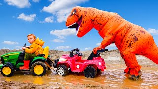 Лео застрял в грязи на тракторе, а динозавр помог ему.