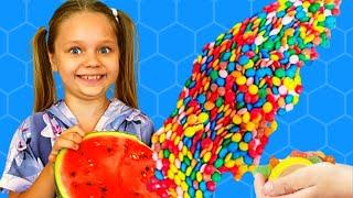 Алиса и папа играют веселятся и делают полезные конфеты