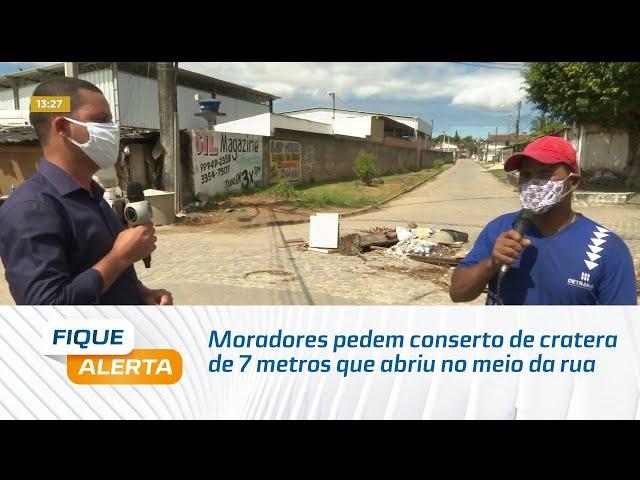 Moradores do Clima Bom pedem conserto de cratera de 7 metros que abriu no meio da rua