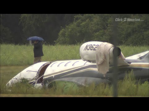 Raw video: Small plane skids off runway in Sugar Land