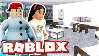 BUILDING MY GIRLFRIEND A NEW HOUSE - ROBLOX