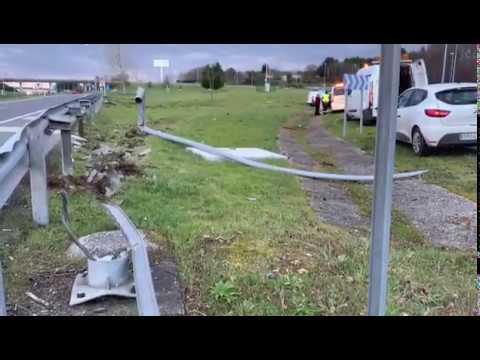 Una salida de vía sin heridos deja destrozos en la A-6 en Lugo