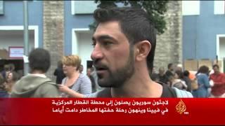 لاجئون سوريون يصلون إلى محطة القطار المركزية في فيينا