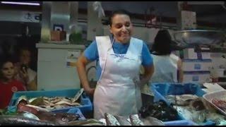 una pescatera li nega la salutaci a rita barber en el mercat del cabanyal