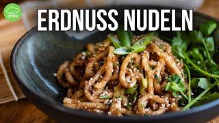 Gebratene Nudeln mit Erdnuss-Sauce (in 10min!)