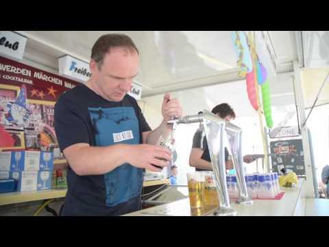"""""""Freie Presse""""-Redakteur zapft Bier auf dem Bergstadtfest in Freiberg"""