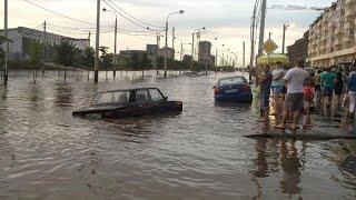 Краснодар под водой: люди плывут, транспорт тонет