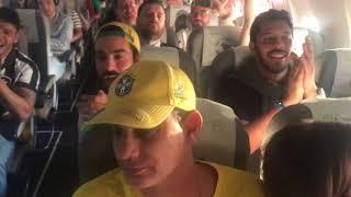Бразильские фанаты устроили концерт в самолете   Страна.ua
