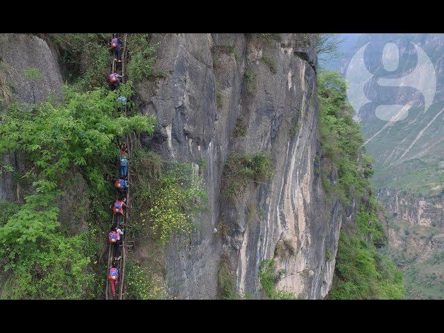La aterradora escalada de estos niños para llegar a su escuela en China