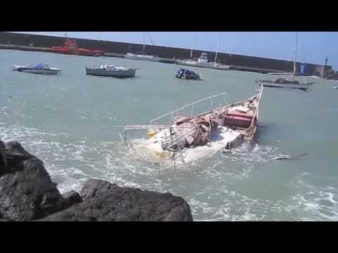 Segelyacht im sturm  Das Ende einer Segelyacht - YouTube