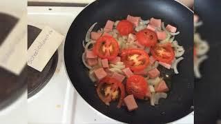 Яйца с луком помидором и колбасой