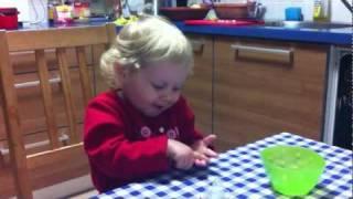 סבתא בשלה דייסה. גרסת כרמל. בת שנתיים וחודש thumbnail