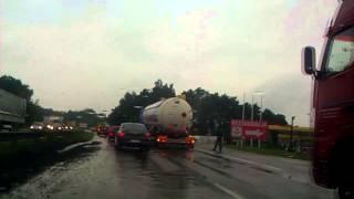 9 lipca 2014 - Bielsko-Biała - Tir wciągnięty przez kałużę