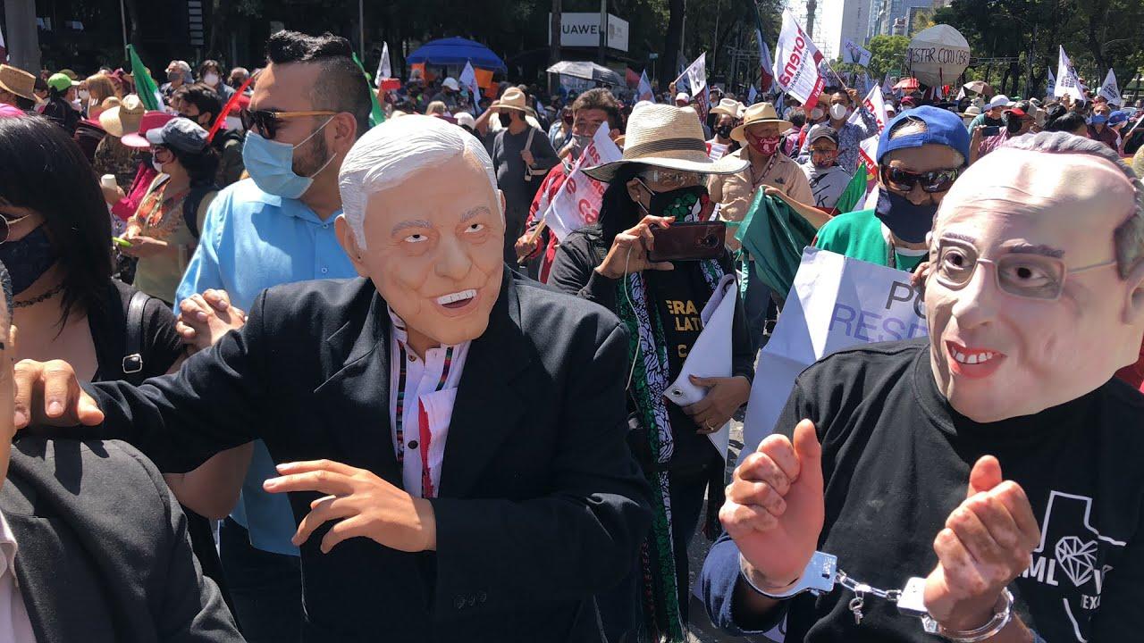 """Download Al grito de """"valiente, honesto, así es mi presidente"""", avanza marcha pro AMLO en Reforma"""