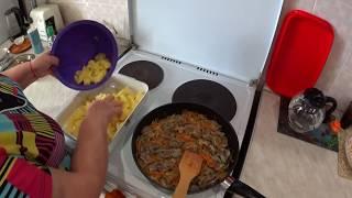 Картошка с куриными желудками, запеченная в духовке.  Салат из кальмаров.