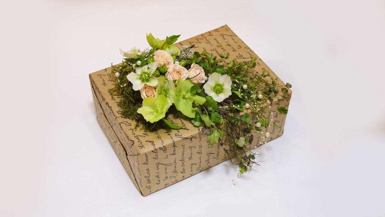 Как украсить подарок цветами 417