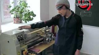 Кофанов Сергей показывает работу токарного станка.