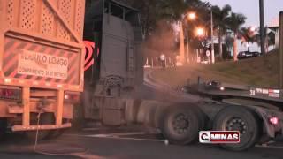Outra carreta não consegue subir o trevo da Vime em Guaxupé