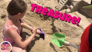 """Wir haben einen begrabenen Schatz gefunden! """" Roblox - Hatchimals - Strandschatzsuche!"""