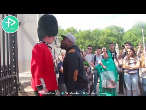 10 Kelakuan Tentara Ratu Inggris Saat Diganggu Wisatawan