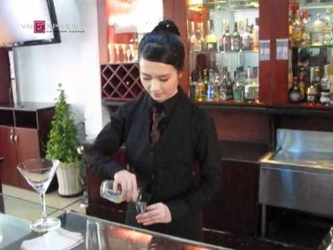 Huyền Trang pha chế cocktail điêu luyện