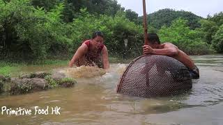 Primitive life: Catch fish in the flood season and grilled fish with mud