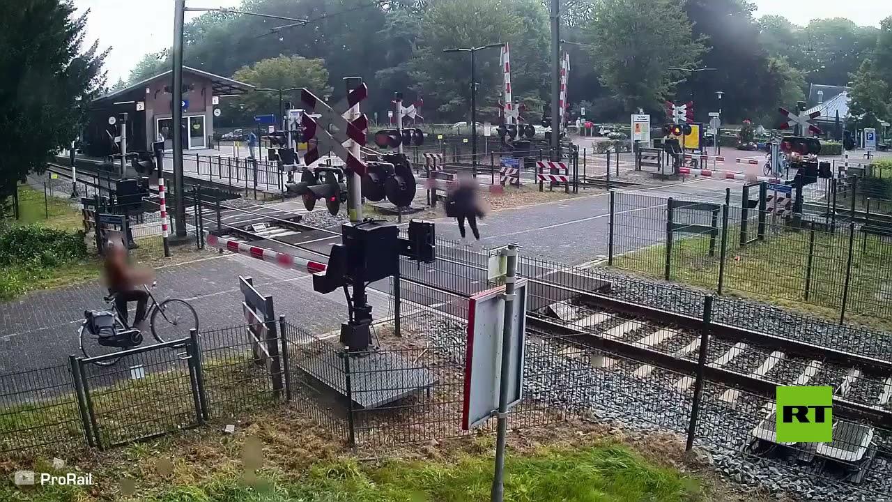 فتاة تنجو بأعجوبة من حادث دهس قطار سريع في هولندا  - 11:54-2021 / 9 / 23