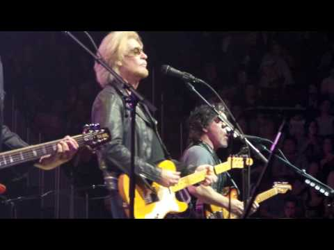 Out of Touch LIVE Hall & Oates 6-17-17 Prudential Center, Newark, NJ