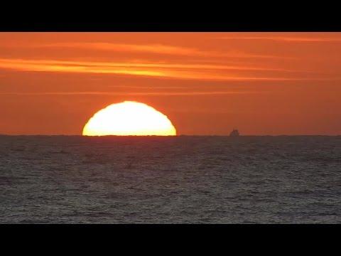 Mặt trời mọc trên biển Vũng Tàu lúc bình minh