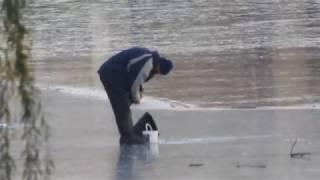 Аки посуху - по першому льоду в Харкові а поруч купаються 18 листопада 2018