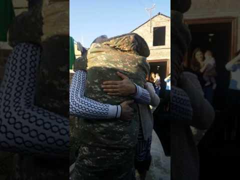Солдат вернулся домой на день рождения отца