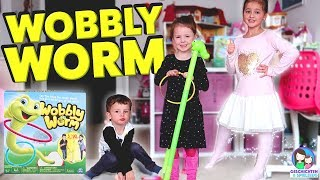 Wer gewinnt gegen den Wobbly Worm - Wettstreit der Kinder!! Lustiges Aktionsspiel